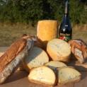 Du pain, du vin (à consommer avec modération) et de la fourme. La spécialité fromagère de Montbrison qui bénéficie d'une AOP. Un fromage à pâte persillé qui se cuisine aussi très bien. Crédit Ville de Montbrison
