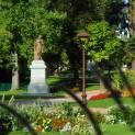 Le jardin d'Allard avec ses hectares de verdure au cœur de la ville et la statue de Victor de Laprade, poète et académicien Montbrisonnais. Crédit Ville de Montbrison