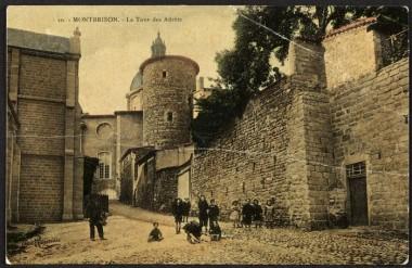 La Ville de Montbrison possède un fonds très intéressant de cartes postales anciennes des années 1900, dont cette vue de la tour de la Barrière, l'ancienne entrée du château des comtes de Forez. Crédit : Ville de Montbrison