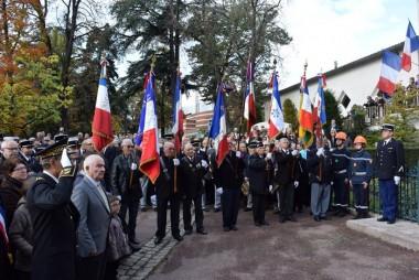 Les porte-drapeaux des associations d'anciens combattants devant le monument aux morts de Montbrison