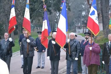 Les porte-drapeaux devant le monument aux morts du jardin d'Allard