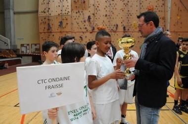 Adjoint aux sports, Jean-Yves Bonnefoy remet la coupe au capitaine de l'équipe d'Ondaine, victorieuse du 9e tournoi Loire Forez.