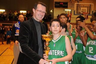 L'année dernière, Jean-Yves Bonnefoy, adjoint aux sports et vice-président au sport du conseil départemental, avait remis le trophée du tournoi de Pâques au capitaine de la JSF Nanterre. (images du tournoi 2015 Ville de Montbrison/Marie-Noëlle Paliard).
