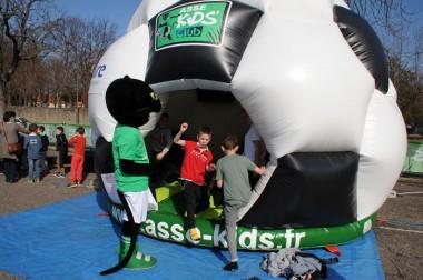 Une structure gonflable en forme de ballon de foot, le défouloir idéal !