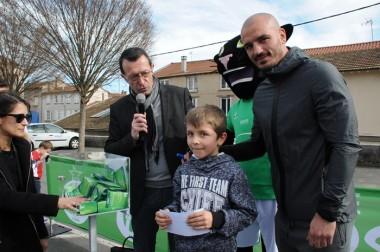 Jessy Moulin, gardien de but de l'AS Saint-Etienne, est allé à la rencontre des jeunes fans. Il a aussi animé les tirages au sort de cadeaux (maillots des verts et places de matchs à gagner) aux côtés Jean-Yves Bonnefoy (micro en mains), adjoint aux sports de la Ville de Montbrison et vice-président au sport du Conseil départemental.