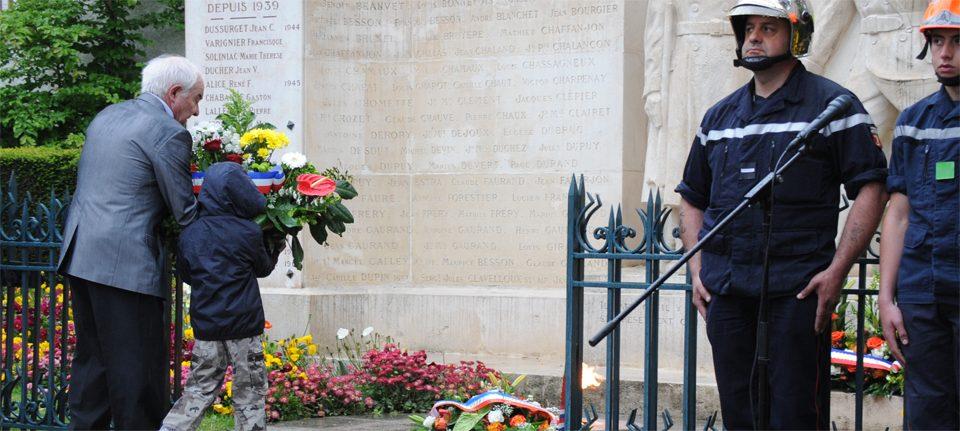 Dépôt de gerbe au jardin d'Allard pour la cérémonie du 8 mai (image d'archive, Ville de Montbrison/MN Paliard).