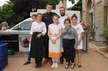 Les chefs Bruneau et Gantois entourés de jeunes volontaires pour la préparation des 500 repas. (Images Ville de Montbrison/MN Paliard)