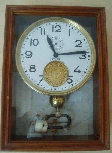 Horloge régulatrice à sonnerie