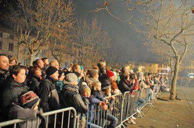 la foule place de la Mairie pour le spectacle son et lumière
