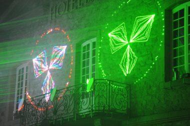 les faisceaux laser jeux de lumière sur l'hôtel de ville