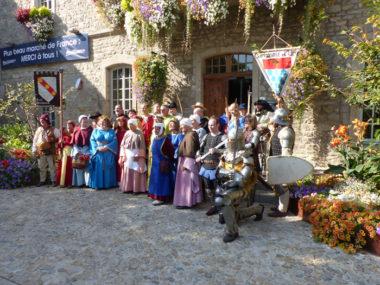 Troupes les Amis du Calvaire, les giguedouilles, les archers Suryquois et la Compagnie d'Urfé devant la mairie de Montbrison