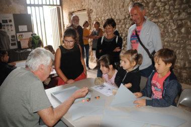 Enfants jouants aux jeux antiques