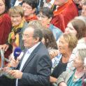 13h05 : Mouillé, mais heureux, le public boit les paroles de Jean-Pierre.