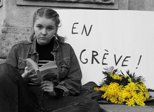 jeune fille avec un livre (photo noir et blanc)