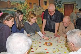 Seniors et enfants jouants à un jeu de société