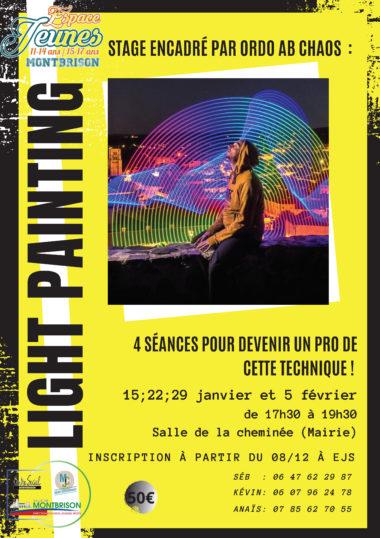 artiste posant devant un tableau de light painting