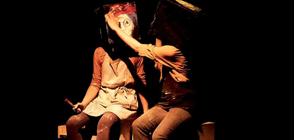 artistes portant des boîtes avec un visage sur la tête