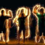 Silhouettes de personnes encerclées de lumière
