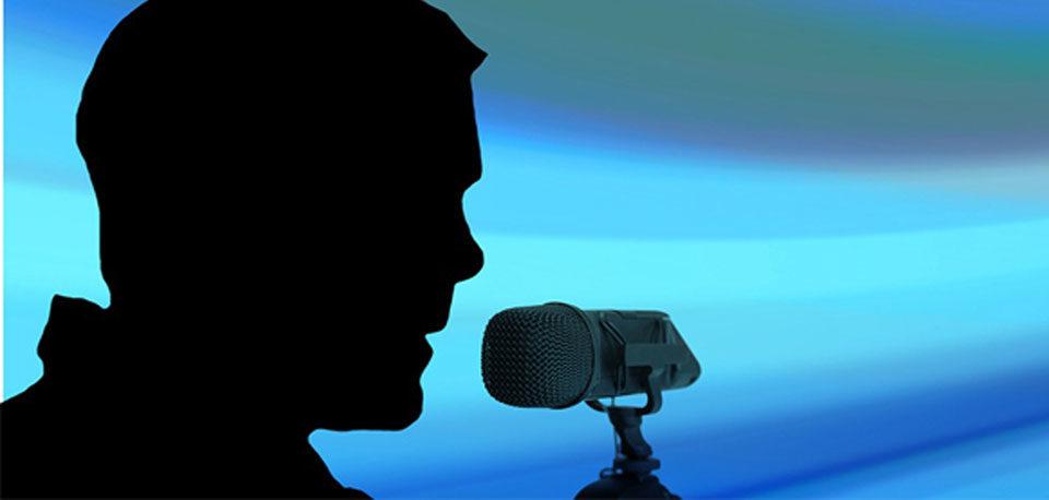 silhouette de personne parlant dans un micro