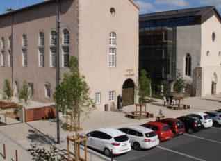 Vue de la façade de la mairie et de la médiathèque de Montbrison