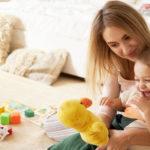 Baby-sitter avec enfant en bas âge en train de jouer