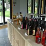 bouteilles posées sur un comptoir