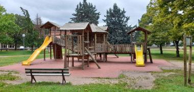 Aire de jeux en bois au jardin d'Allard