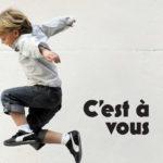 photo d'enfant qui saute en l'air